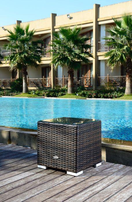 Lite rotting sidebord med glassplate i brunmix farge. Står på en utendørs platning med svømmebasseng og palmer. Et lite hotell i bakgrunnen. SparMax