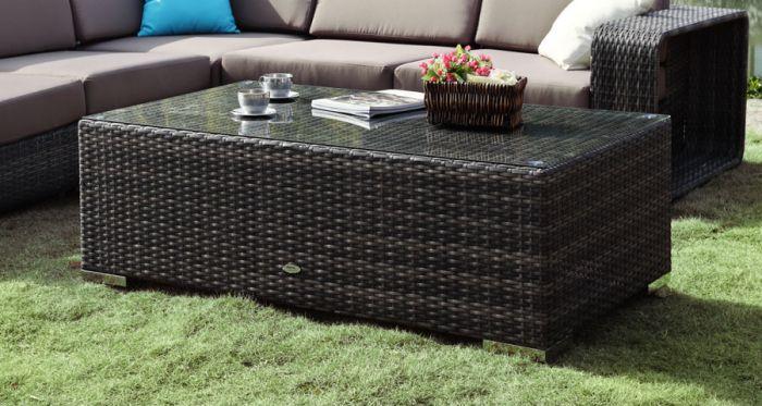 Rektangulert bord i rotting til utendørs hagemøbler i brun farge. Står i hagen sammen med en sofagruppe i rotting med puter- SparMax