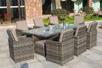 Nydelige hagemøbler som står på en plating utenfor et hus. Det er stoler med høy rygg og fine puter | SparMax