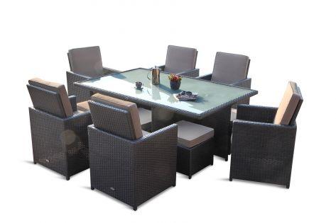 Fine utendørs hagemøbler med seks stoler og brunt trekk. Frostet glassplate på bordet med en blomster krukke. SparMax